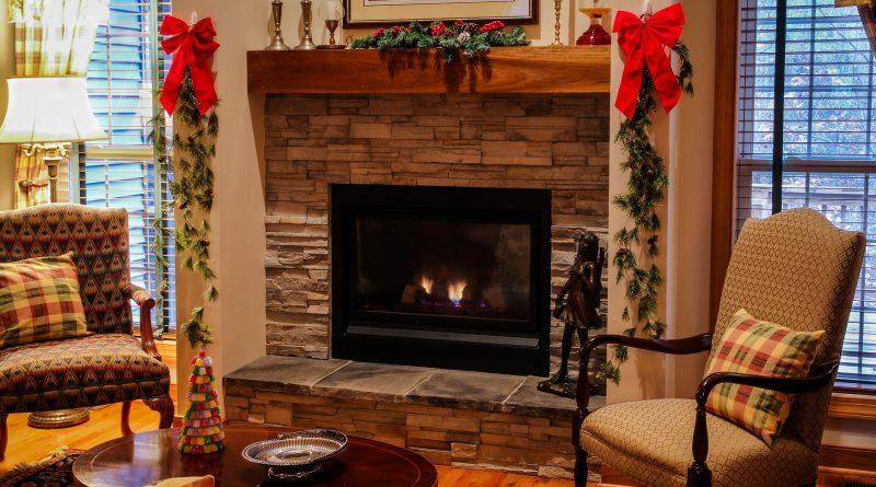 kominek w świątecznej oprawie